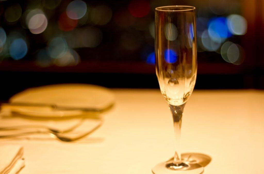 テーブルの上のワイングラス  自動的に生成された説明