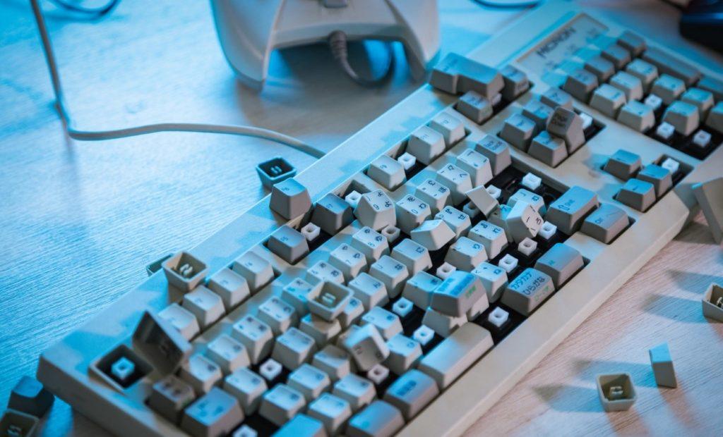 テーブルの上に置かれたキーボード  自動的に生成された説明
