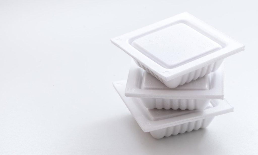 ホワイト, 座る, テーブル, ボウル が含まれている画像  自動的に生成された説明
