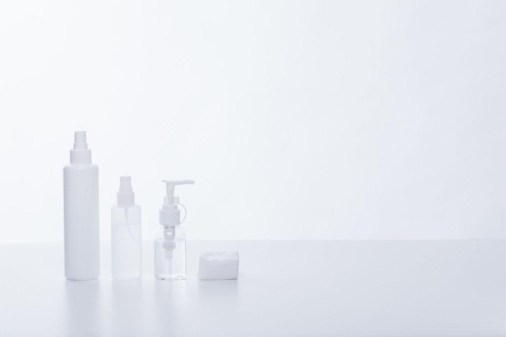 水, 座る, ホワイト, テーブル が含まれている画像  自動的に生成された説明