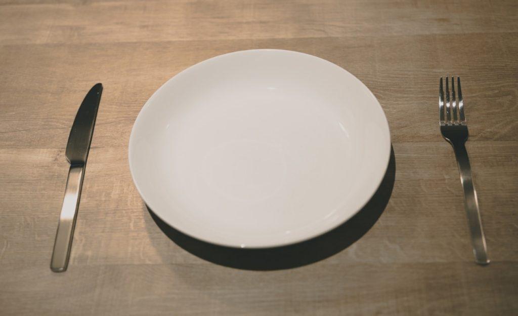 テーブル, 屋内, 皿, 木製 が含まれている画像  自動的に生成された説明