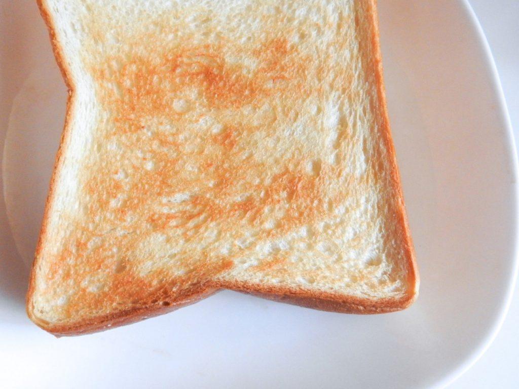食品, 屋内, ホワイト, 座る が含まれている画像  自動的に生成された説明