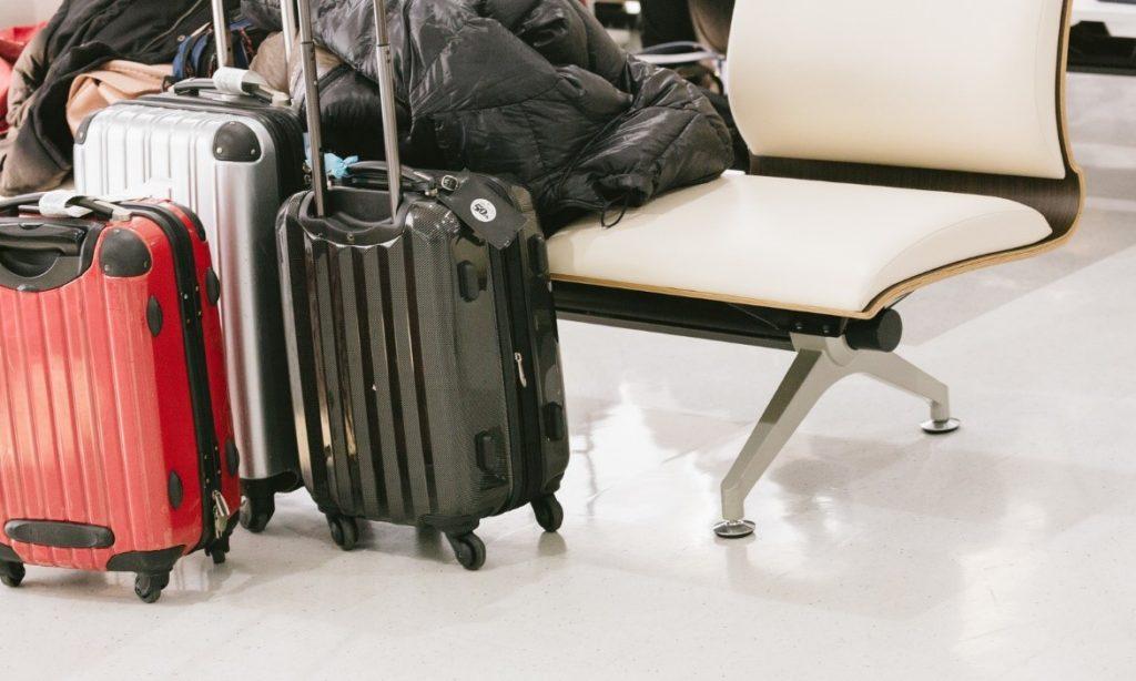 屋内, 荷物, スーツケース, 座る が含まれている画像  自動的に生成された説明