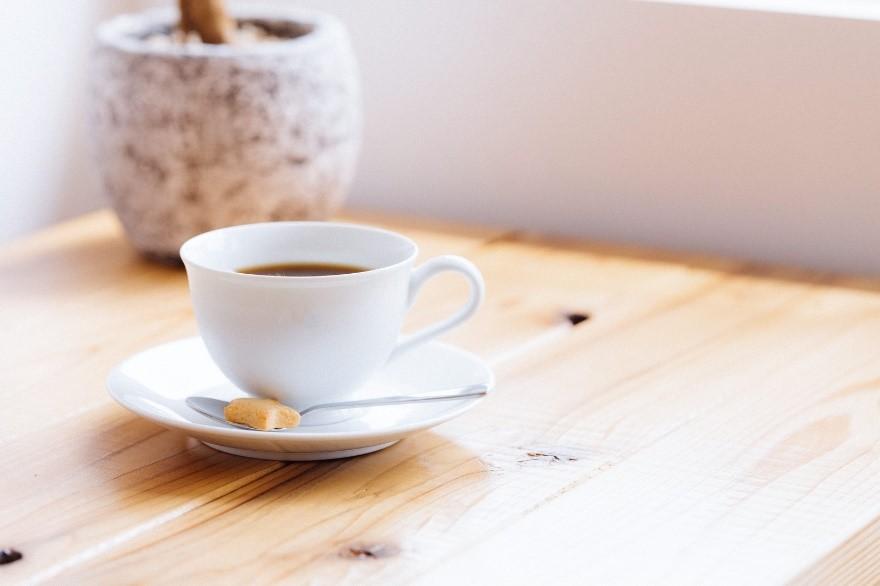 カップ, テーブル, コーヒー, 屋内 が含まれている画像  自動的に生成された説明