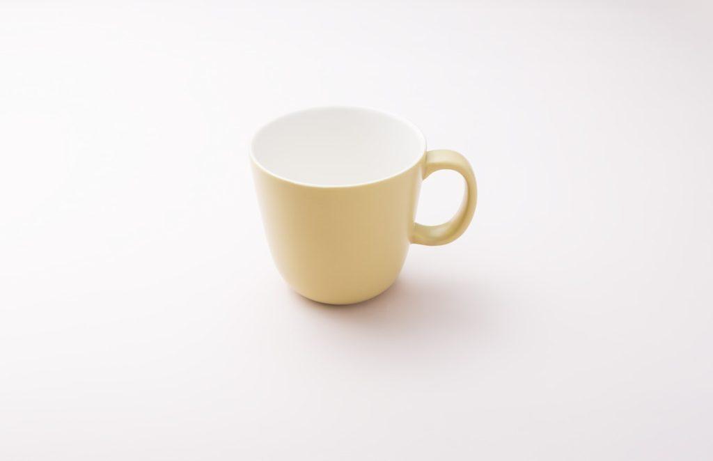 カップ, コーヒー, テーブル, 屋内 が含まれている画像  自動的に生成された説明