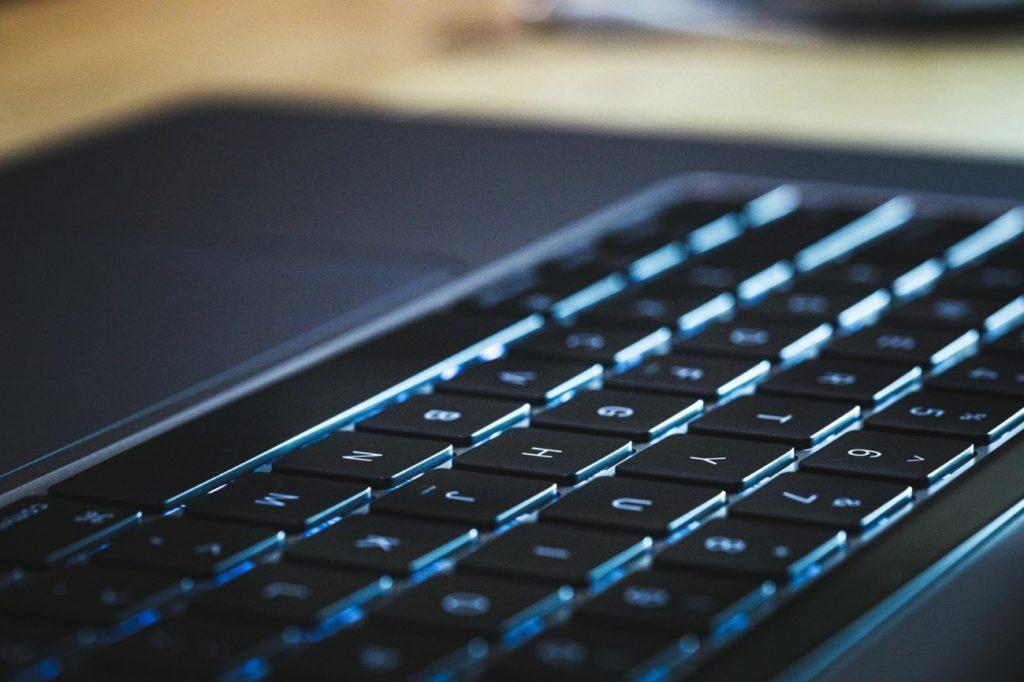 コンピューターのキーボード  自動的に生成された説明