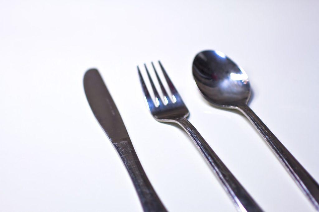 フォークとナイフ  自動的に生成された説明