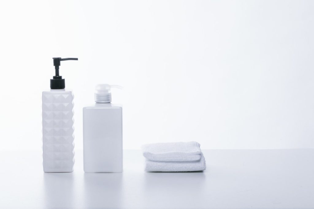 屋内, テーブル, 水, ホワイト が含まれている画像  自動的に生成された説明