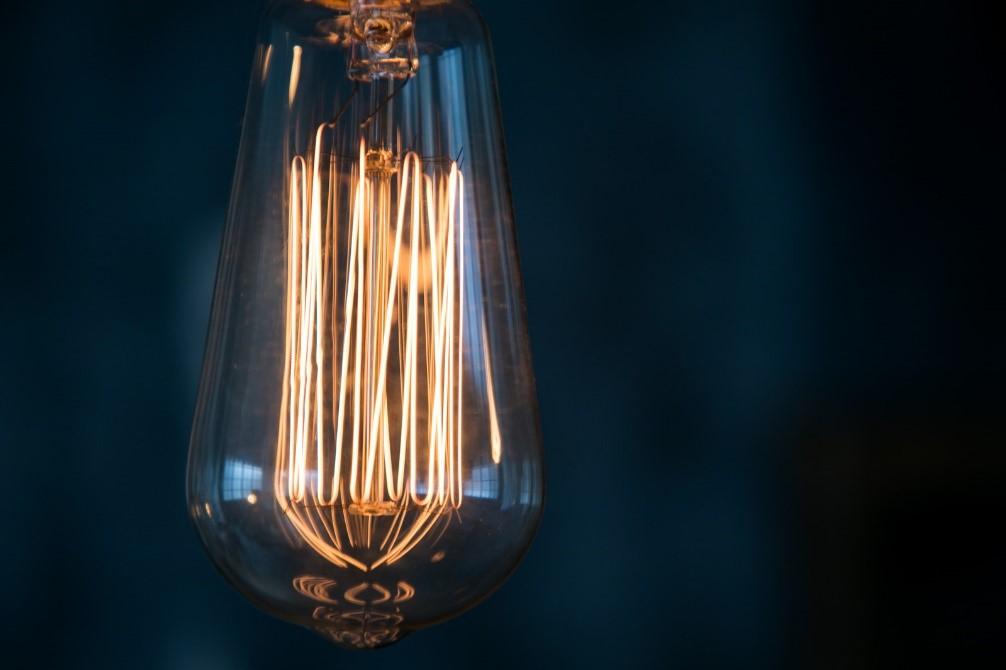 ガラス, テーブル, 座る, ランプ が含まれている画像  自動的に生成された説明