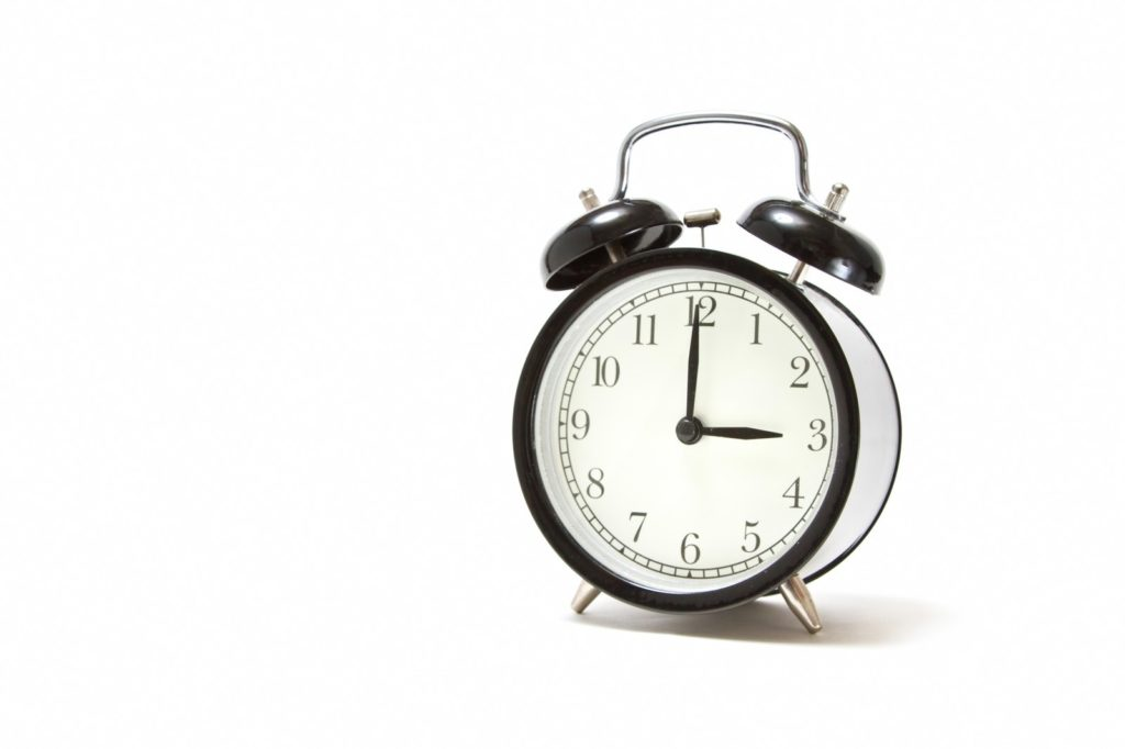 時計, 屋内, 座る, ホワイト が含まれている画像  自動的に生成された説明